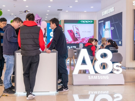 Customers in a Samsung China store